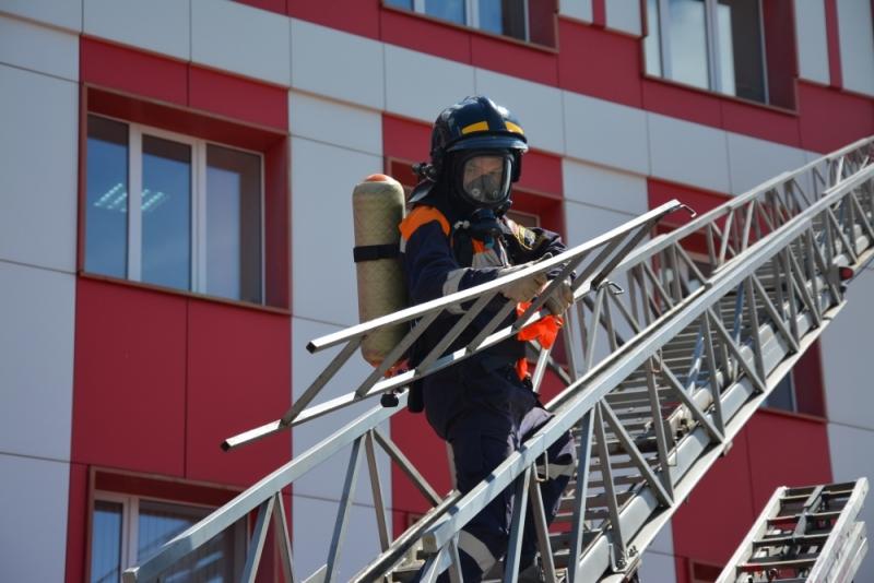 На здание Главного управления МЧС Росси по Республике Мордовия были отработаны действия личного состава по тушению пожара на объекте с массовым пребыванием людей.