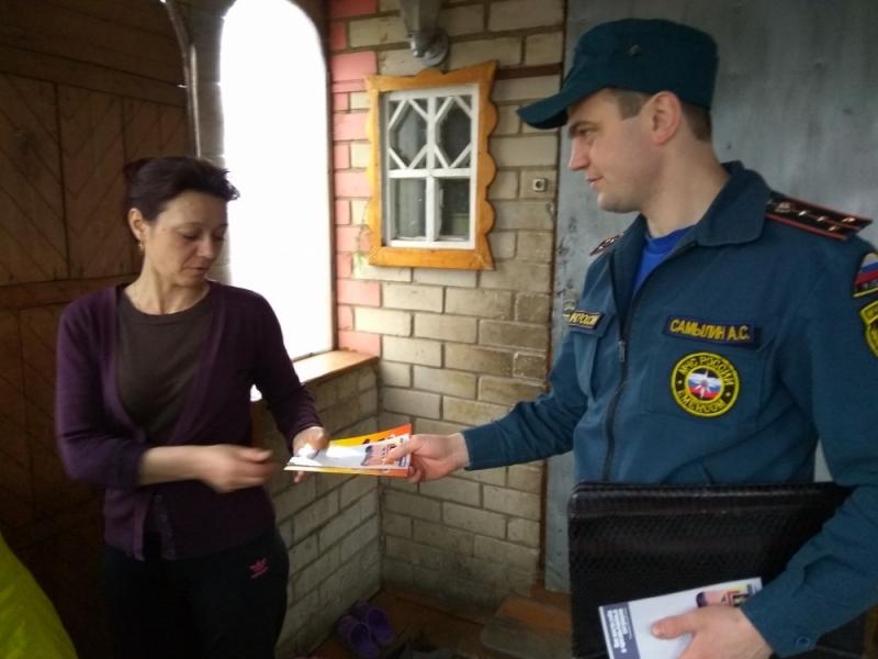 В Торбеевском районе Республике Мордовии сотрудники МЧС продолжают проводить подворные обходы в рамках  профилактической операции «Жилье 2017».