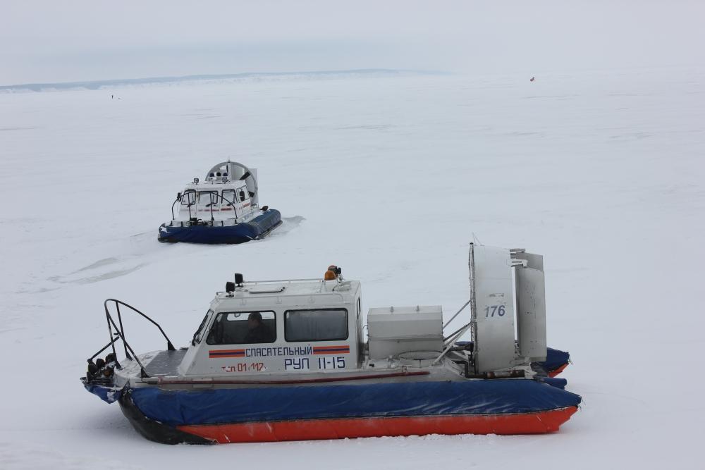 Спасатели оказали помощь трем рыбакам, застрявшим на снегоходе на р. Волге