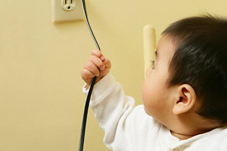 Первая помощь ребенку при ожогах, полученных от действия электрического тока