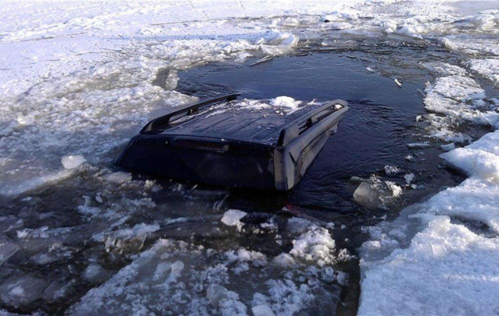 Что делать, если автомобиль провалился под лед?