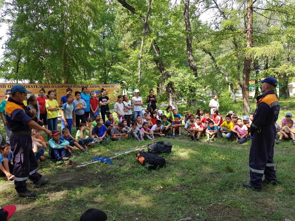 В детском оздоровительном лагере «Юность» сотрудники МЧС  рассказали ребятам о правилах автономного выживания в природной среде