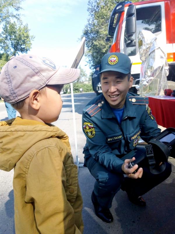 В День города сотрудники МЧС России организовали выставку пожарно-спасательной техники в Туве (ФОТО).