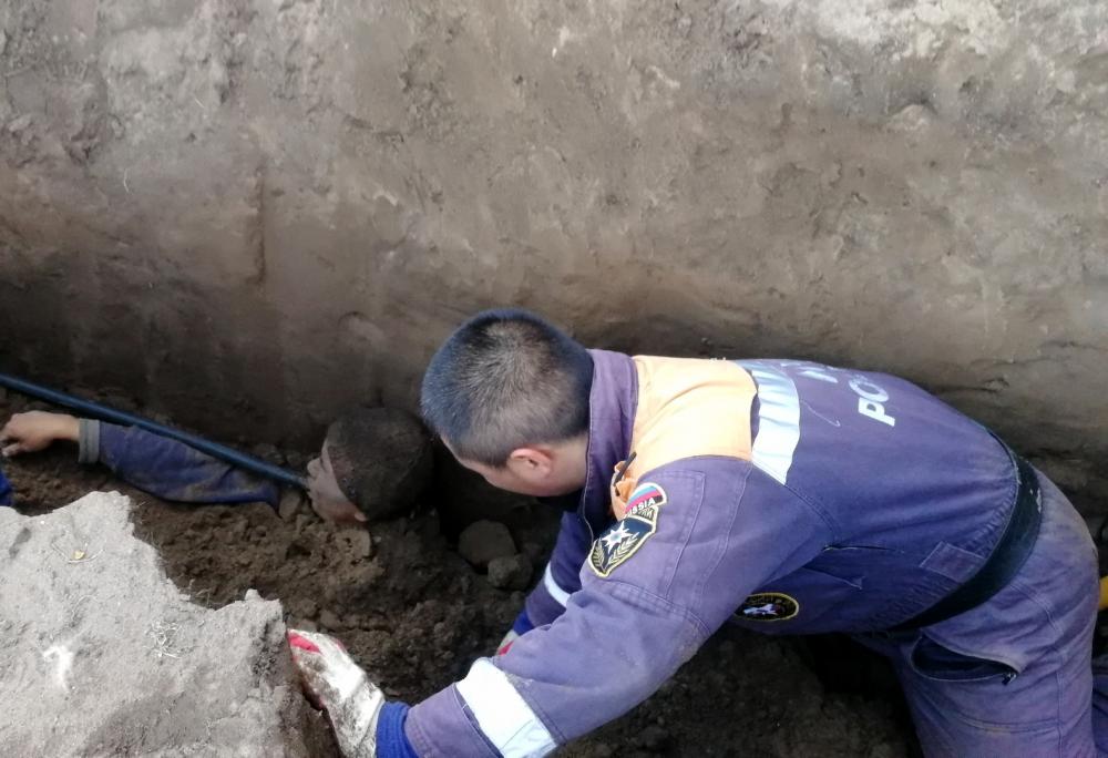 В Туве спасатели МЧС России спасли мужчину, которого завалило землей (ФОТО, ВИДЕО).