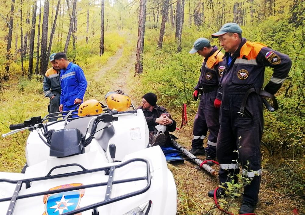 В Туве спасатели МЧС России транспортировали из леса мужчину, повредившего ногу (ФОТО, ВИДЕО)