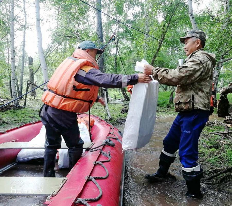 С придомовых территорий домов поселка Хондергей Дзун-Хемчикского района Тувы вода ушла, дорога восстановлена.