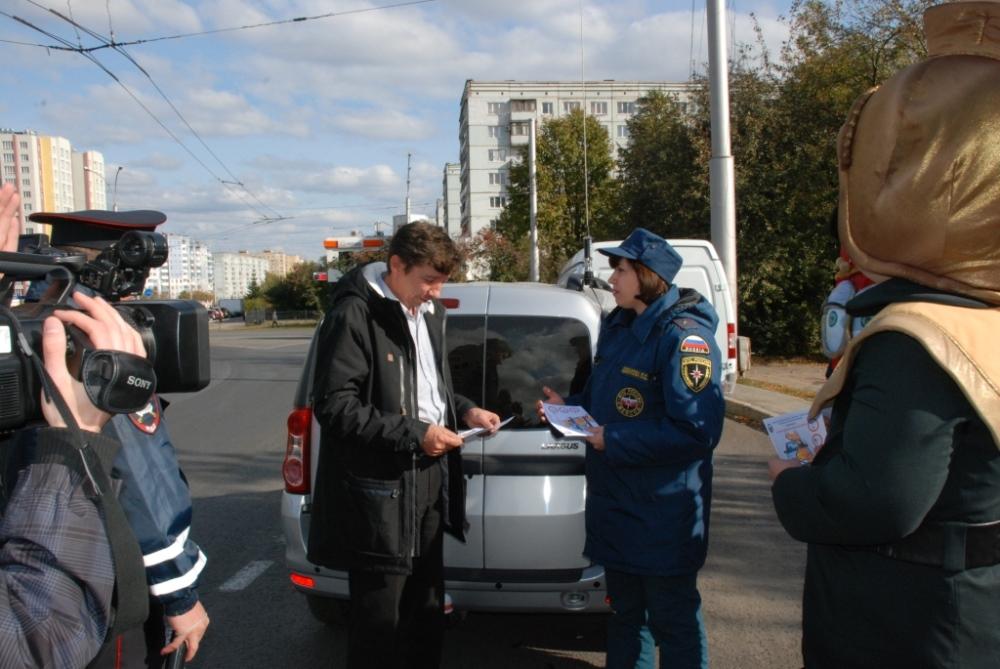 Сотрудники МЧС вместе с инспекторами Госавтоинспекции провели профилактическую акцию «Водитель, не забудь огнетушитель!» октябрь 2016 г.