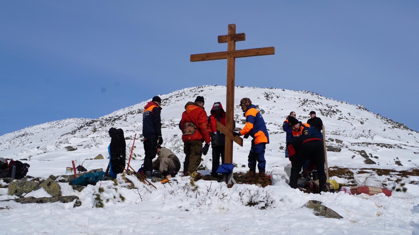 Установка православного креста в честь 70-летия Победы и 25-летия МЧС России на одной из вершин «Поднебесных зубьев»