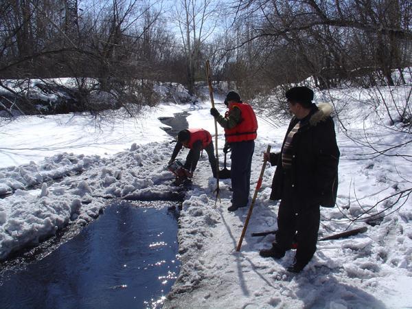 Распиловка льда на малых реках Новокузнецка (март 2011 г.)