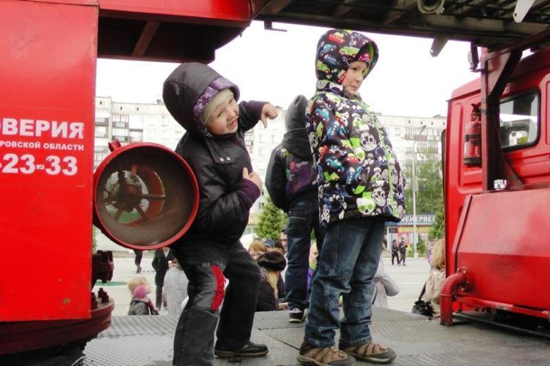 """Пожарные г. Новокузнецк в акции для детей """"Потрогай автомобиль"""""""