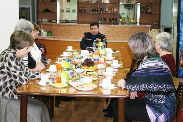 Встреча начальника ГУ МЧС России по Кемеровской области с вдовами и матерями сотрудников, погибших при исполнении служебного долга. 6 марта 2012 года.