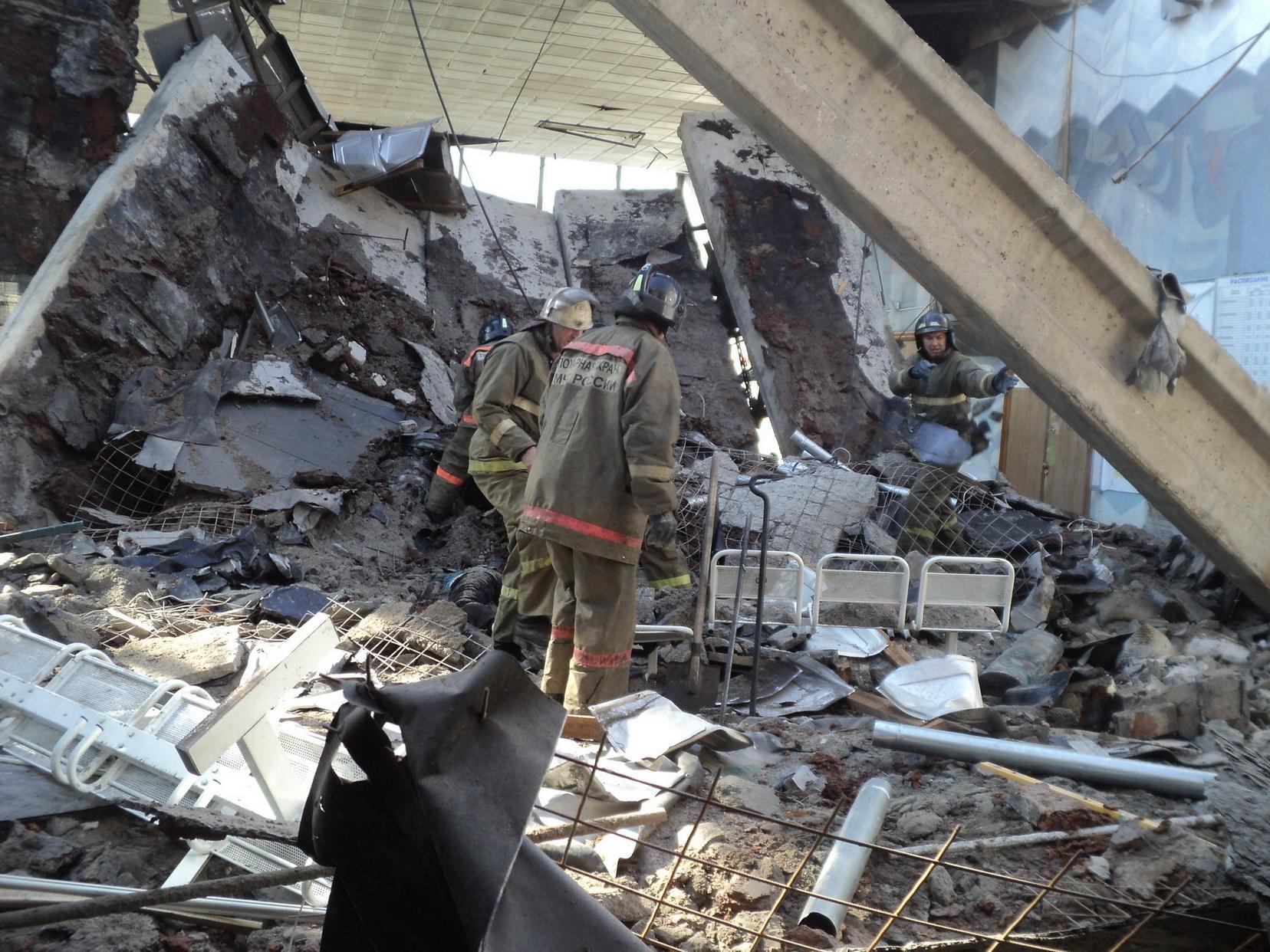 Фото с места работ по ликвидации обрушения перекрытия на автовокзале г. Белово.  2 сентября 2012 года