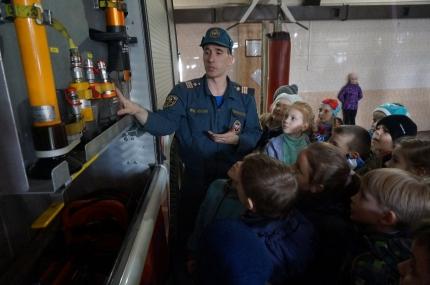 Новокузнецкие школьники посетили одну из пожарных частей города