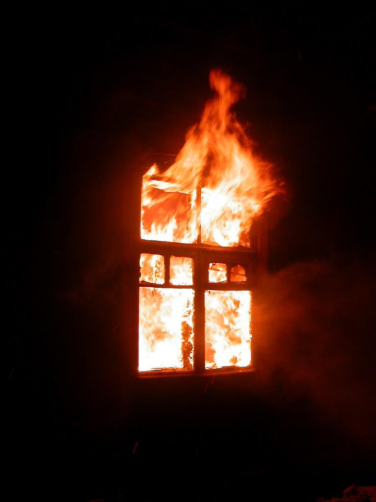 Огонь в окне картинка