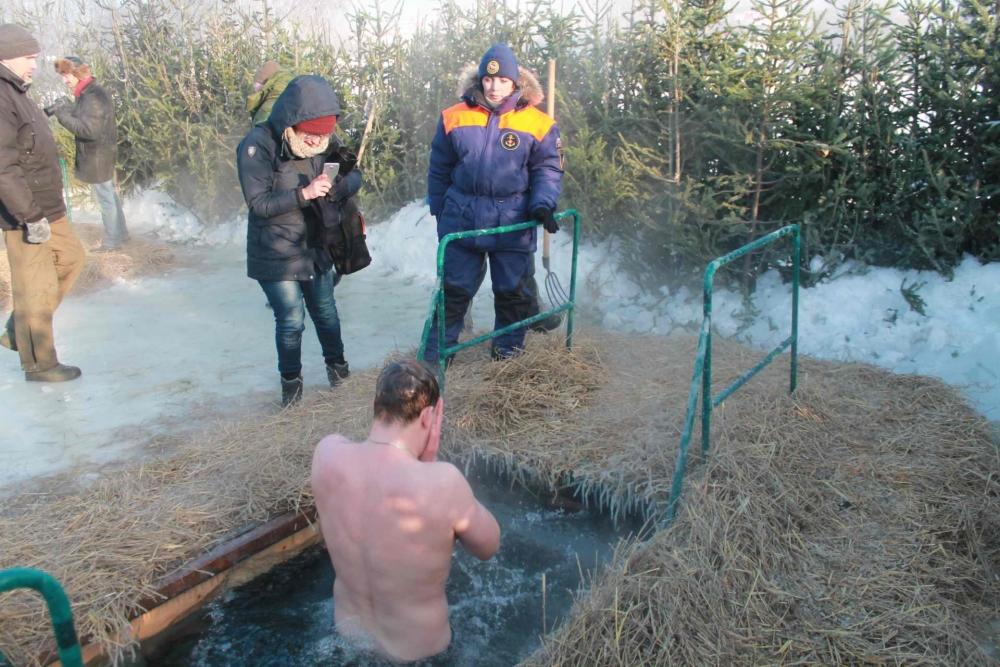 Сотрудники МЧС обеспечивают безопасность томичей в местах проведения Крещенских купаний