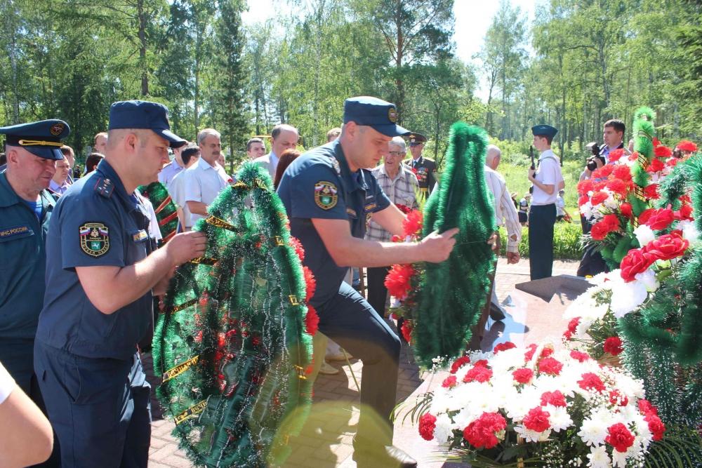 В День памяти и скорби сотрудники МЧС России приняли участие в торжественном митинге
