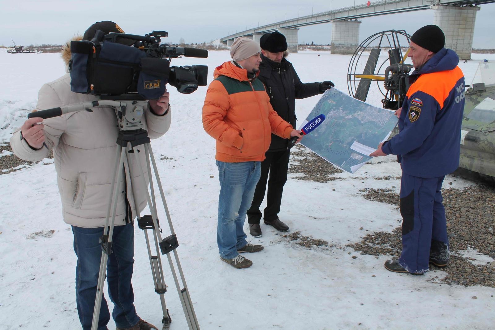 Ледорезные работы у нового автомобильного моста на реке Томь, 15 марта 2015 года