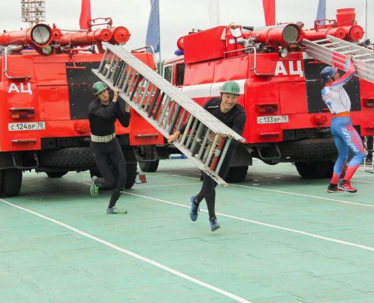 Соревнования по пожарно-спасательному спорту среди спецподразделений ФПС МЧС России в г. Северске (открытие, подъем по штурмовой лестнице в окно четвертого этажа учебной башни, подъем по выдвижной трехколенной лестницу), 16 июля 2019 года