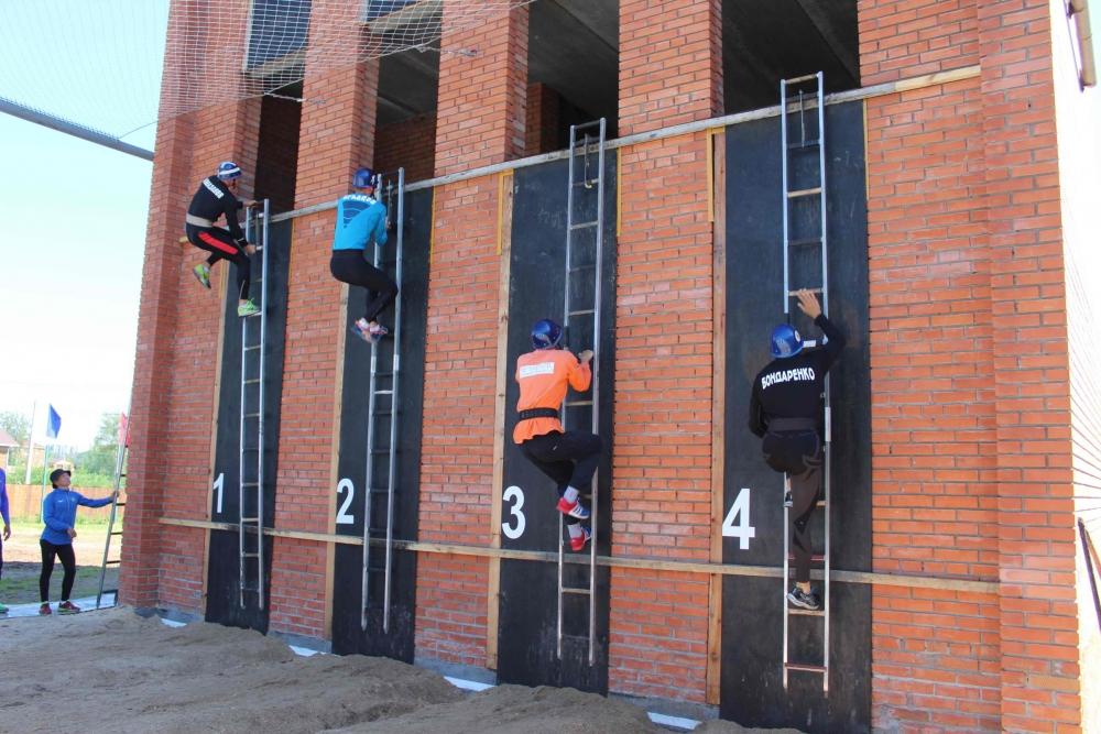 Всероссийские зональные соревнования МЧС России по пожарно-спасательному спорту. Подъем по штурмовой лестнице на этажи учебной башни.