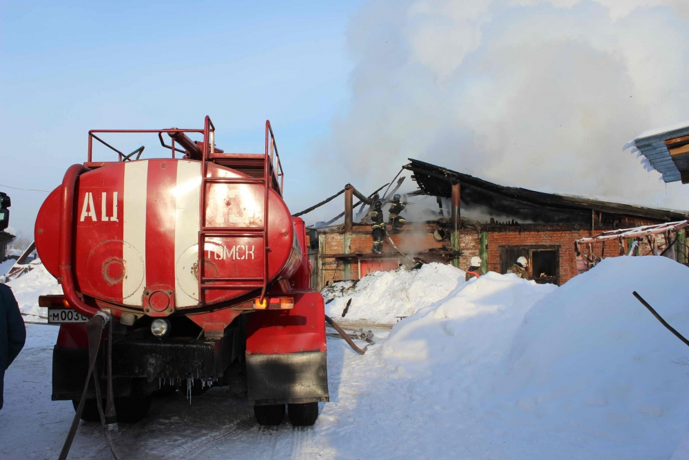 Пожар на свиноферме в селе Черная речка Томского района. Пожарные спасли более 150 поросят.