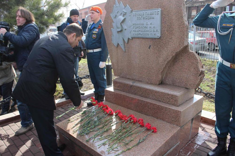 Томичи почтили память пожарных, погибших при исполнении служебного долга