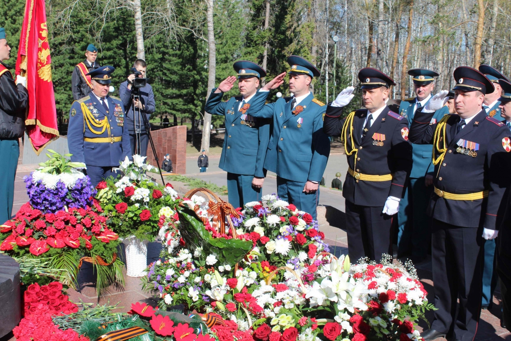 В День Победы сотрудники МЧС возложили цветы к монументу боевой и трудовой славы томичей (9 мая 2019 года)