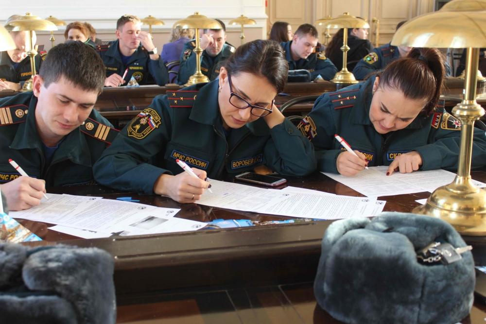 Сотрудники Главного управления МЧС России по Томской области приняли участие в Географическом диктанте