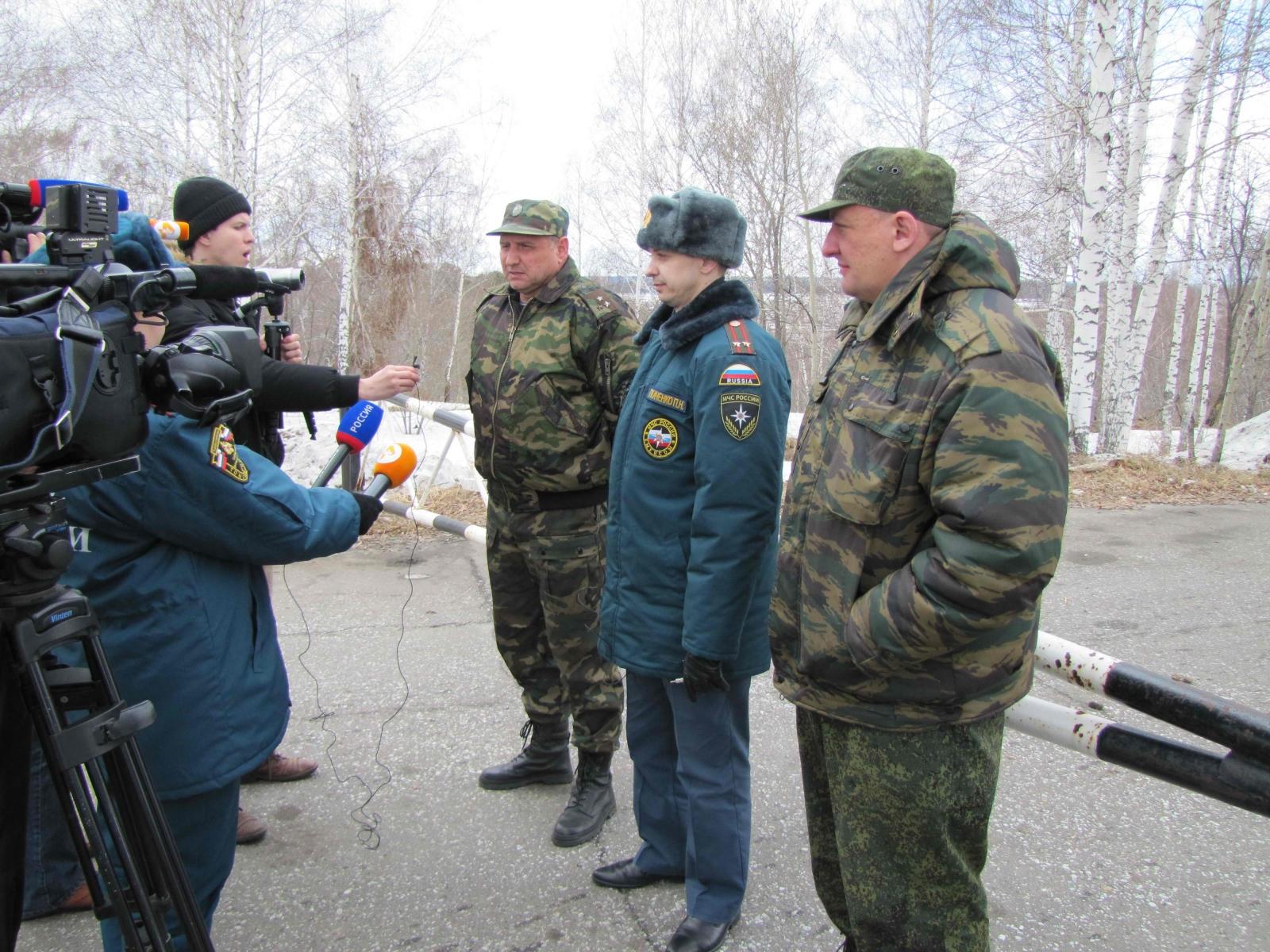 Специалисты на вертолете Сибирского регионального центра МЧС России изучили с воздуха паводковую обстановку на Томи, 14 апреля 2015 года