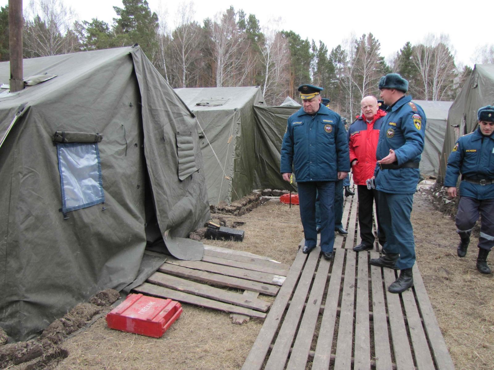 В поселке Аникино развернут полевой лагерь военнослужащих Сибирского спасательного центра МЧС России, 15 апреля 2015 года