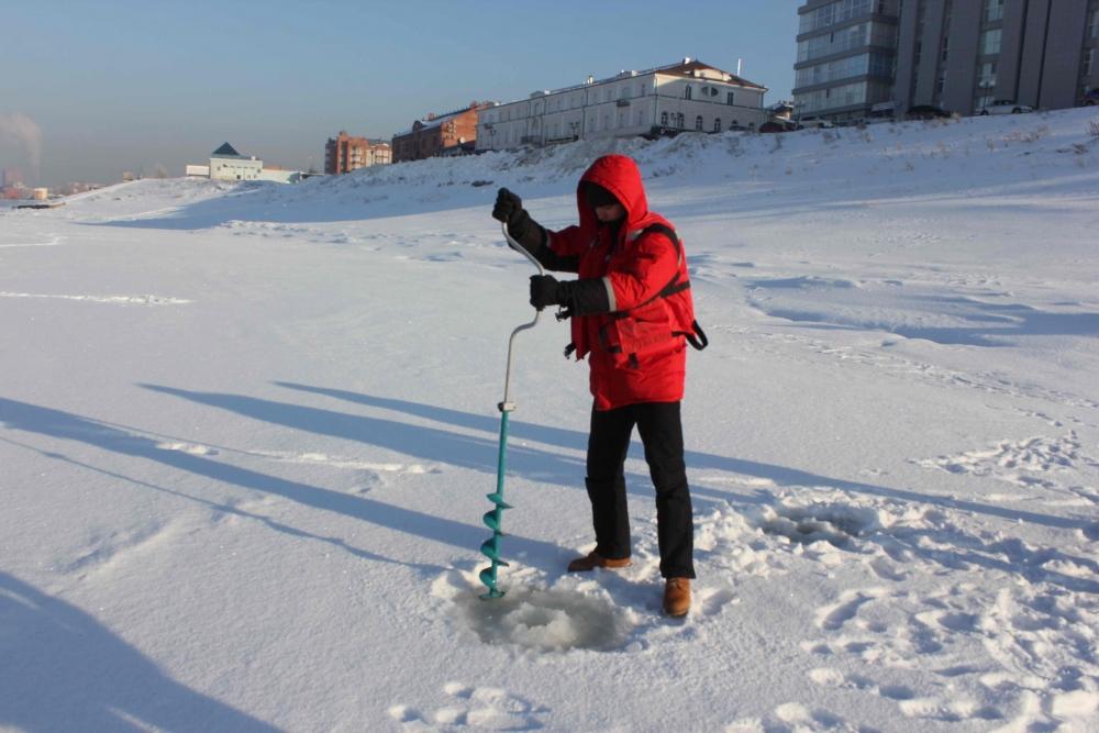 Сотрудники ГИМС и оперативно-дежурной службы г. Томска проводят замеры толщины льда на Томи. Патрулирование мест подледного лова рыбы, 15 февраля 2016 года