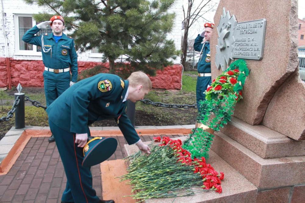 Возложение цветов к памятнику пожарным, погибших при исполнении служебного долга, 17 апреля 2016 года