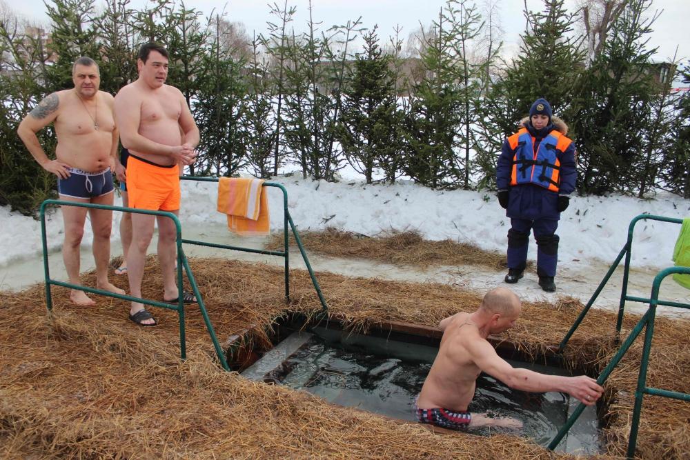 Сотрудники МЧС обеспечивают безопасность при проведении Крещенских купаний (19 января 2019 года)