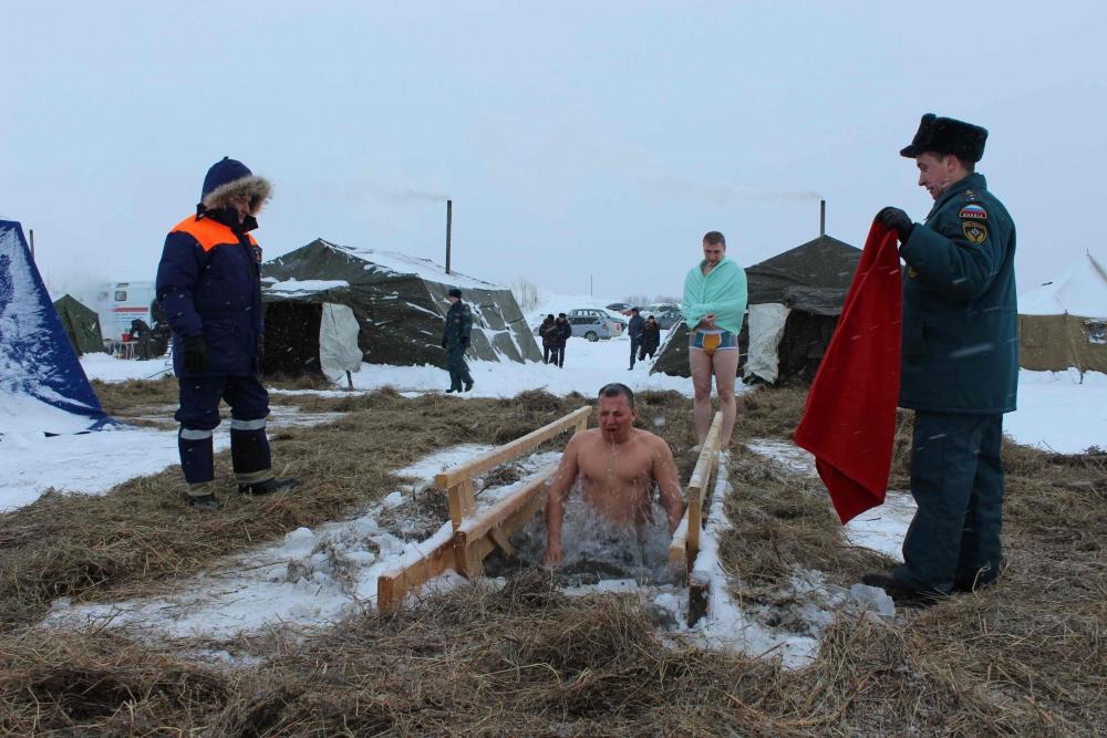 Сотрудники МЧС обеспечивают безопасность томичей в местах проведения Крещенских купаний-