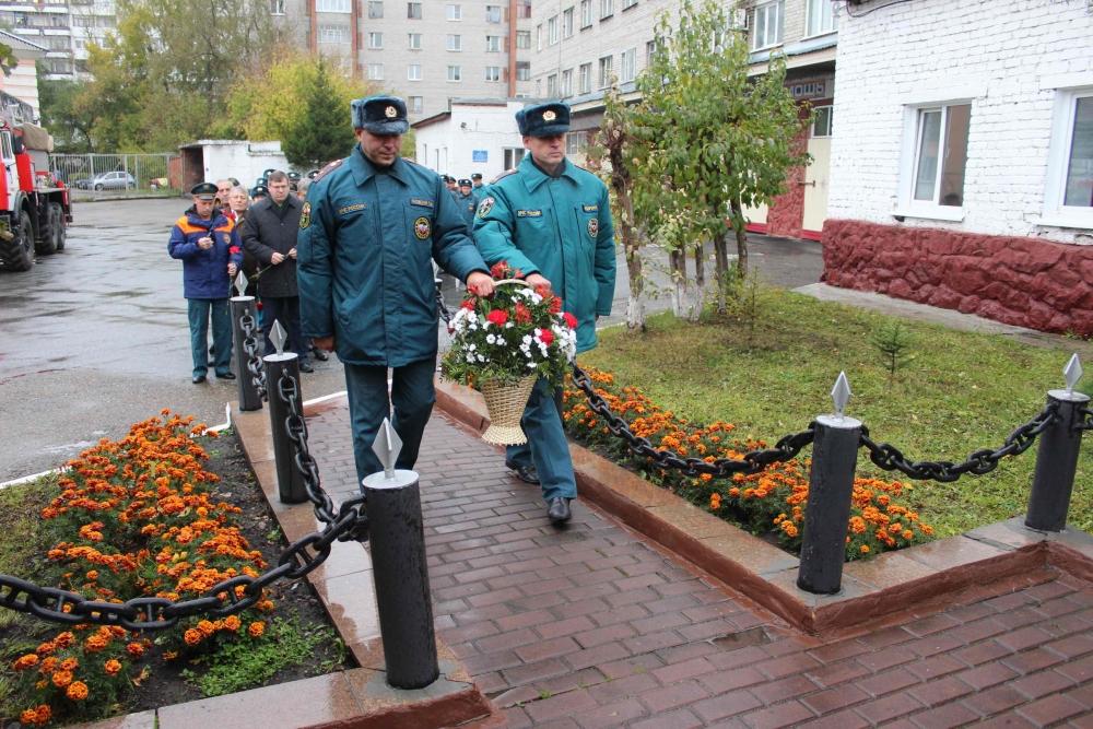 В День гражданской обороны России состоялось торжественное возложение цветов к памятнику пожарным, погибших при исполнении служебного долга