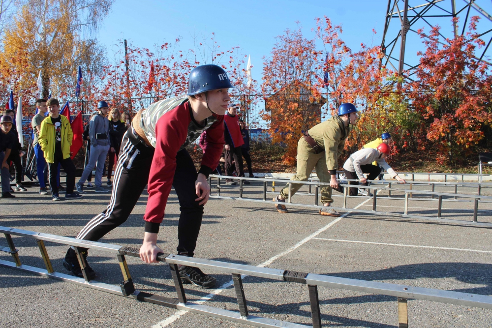Соревнования по пожарно-спасательному спорту среди дружин юных пожарных (подъем по штурмовой лестнице на второй этаж учебной башни, боевое развертывание, 8 октября 2019 года)