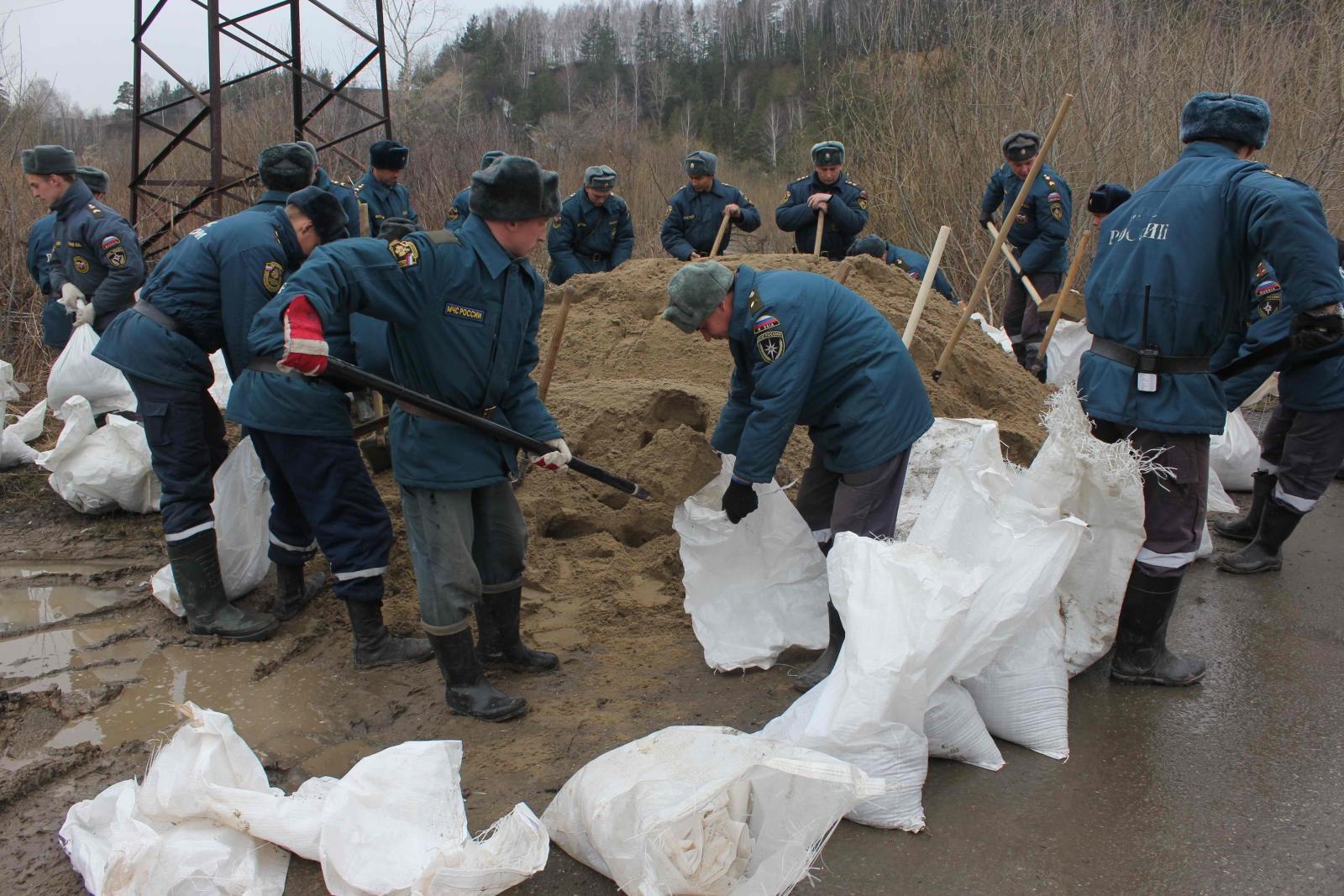 Спасатели Сибирского спасательного центра МЧС России создают на Степановке укрепления для защиты дорог от переливов, 20 апреля 2015 года