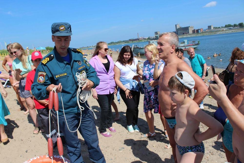 На Семейкином острове студенты-спасатели Томского политехнического университета, сотрудники МЧС и волонтеры Российского союза спасателей провели открытое занятие по безопасности на воде, 14 июля 2016 года