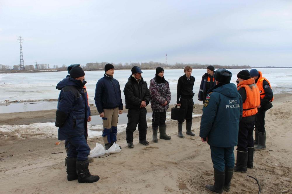 Ледовзрывные работы по разрушению ледовой переправы у с. Могочино Молчановского района, 5 апреля 2016 года