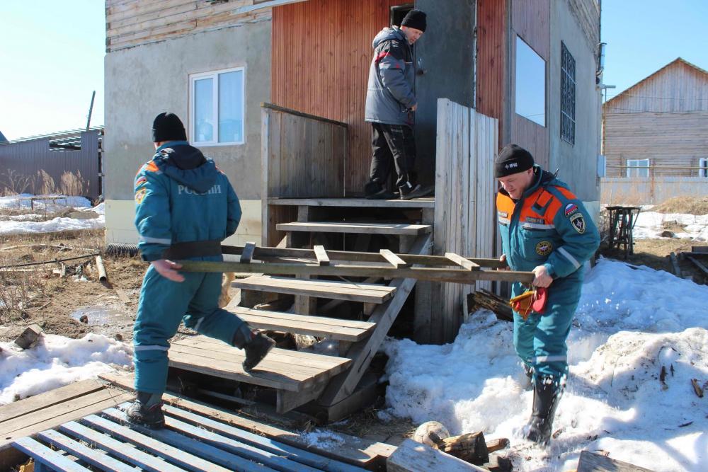 Спасатели оказывают помощь жителям деревни Черная речка Томского района (6 апреля 2019 года)