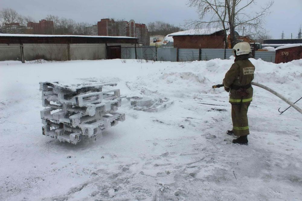 На базе пожарно-спасательной части № 1 состоялись презентация и огневые испытания мобильной установки для тушения пожаров «NATISK», 5 февраля 2016 года