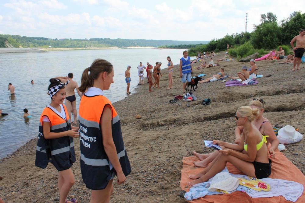 Сотрудники МЧС проводят профилактические мероприятия с отдыхающими в местах массового отдыха вблизи рек и озер, 10 июля 2016 года