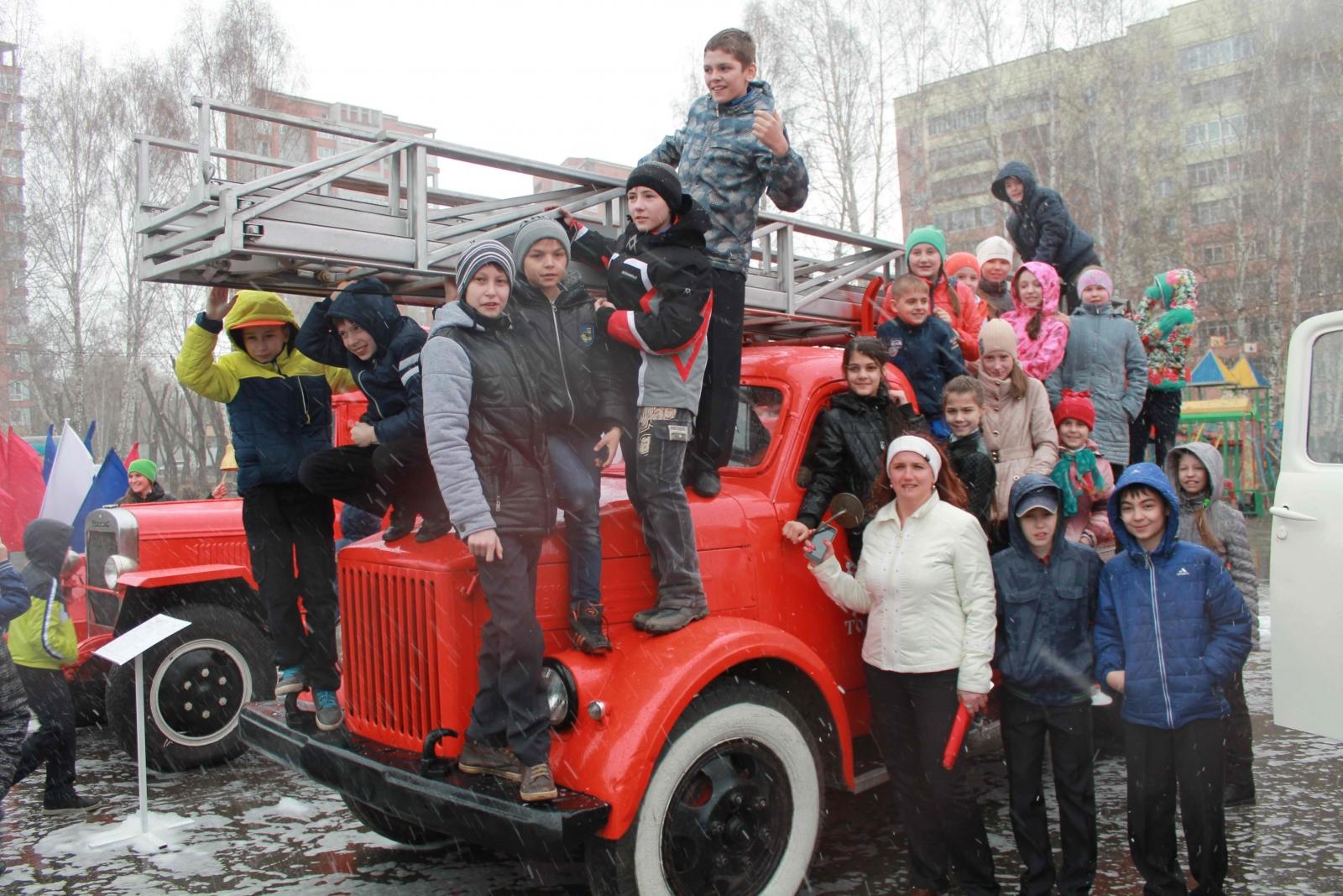 В преддверии Дня пожарной охраны сотрудники МЧС организовали праздник для томичей у Дворца народного творчества «Авангард», 28 апреля 2015 года