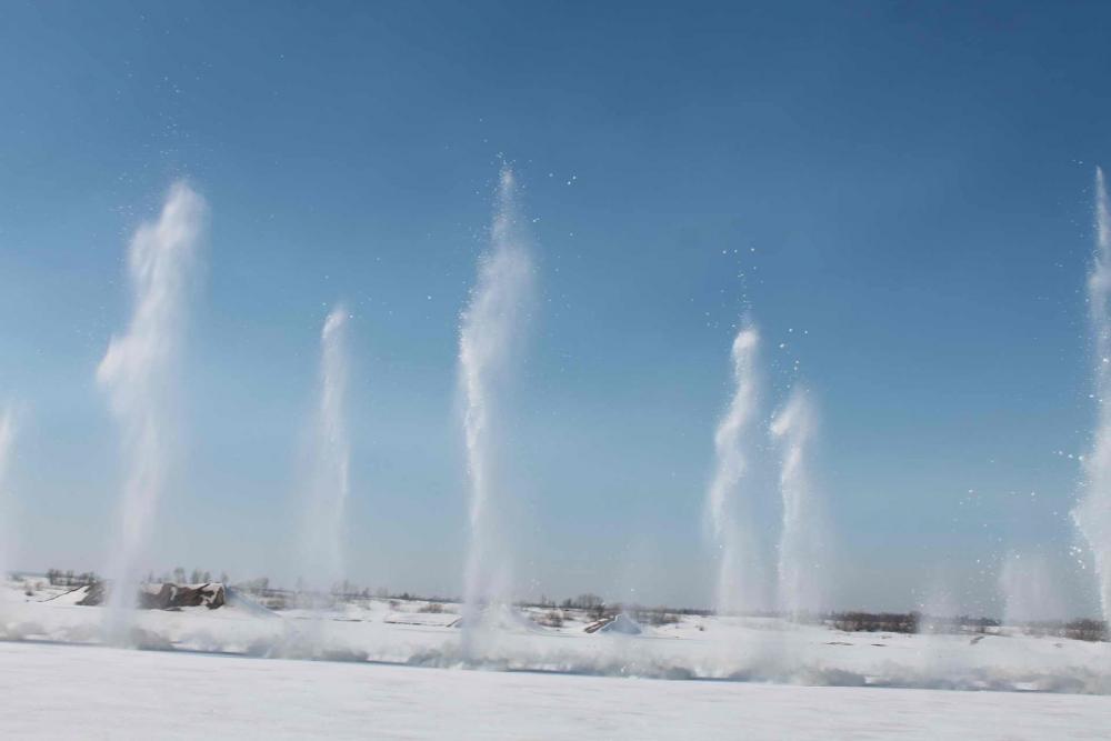 Ледовзрывные работы на Томи в районе грузового терминала у нового автомобильного моста, 21 марта 2016 года