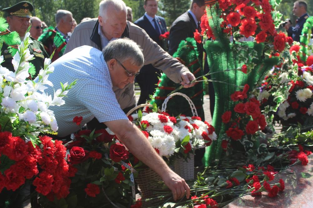 В День памяти и скорби сотрудники МЧС возложили цветы к памятнику Воину на Южном кладбище (22 июня 2019 года)