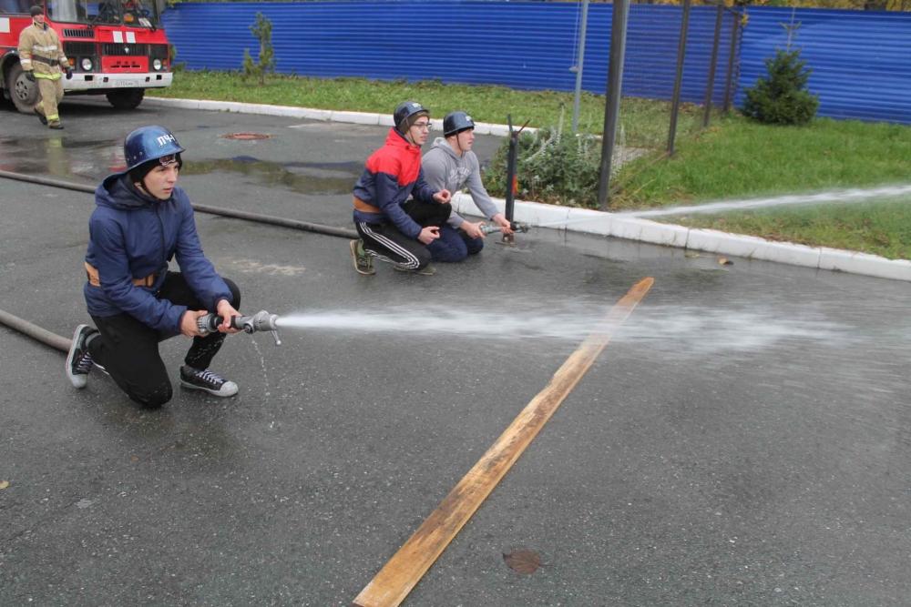 Соревнования по пожарно-прикладному спорту среди дружин юных пожарных школ г. Томска (подъем по штурмовой лестнице на второй этаж учебной башни и боевое развертывание)