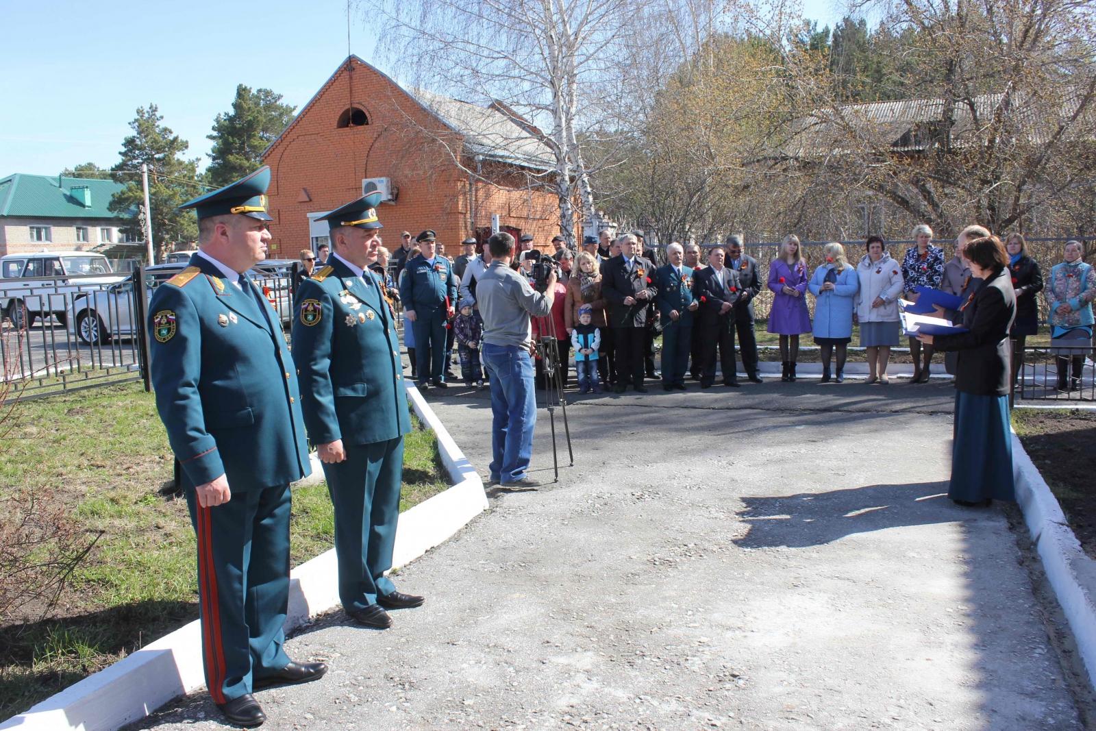 Открытие мемориальной доски в память участника Великой Отечественной войны Ивана Федоровича Осокина в г. Асино, 8 мая 2015 года