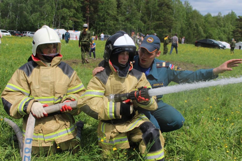Кадеты МЧС Мирненской средней общеобразовательной школы в честь Дня России провели показательные выступления по тушению возгорания в природной среде
