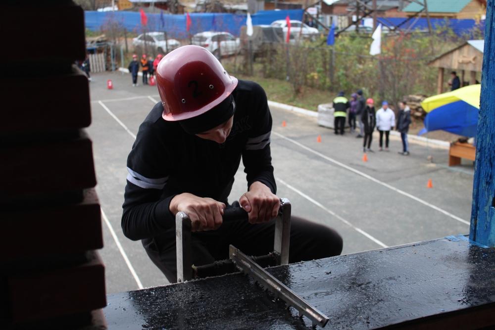 Соревнования по пожарно-прикладному спорту среди дружин юных пожарных общеобразовательных учреждений Томска (подъем по штурмовой лестнице на второй этаж учебной башни, боевое развертывание)