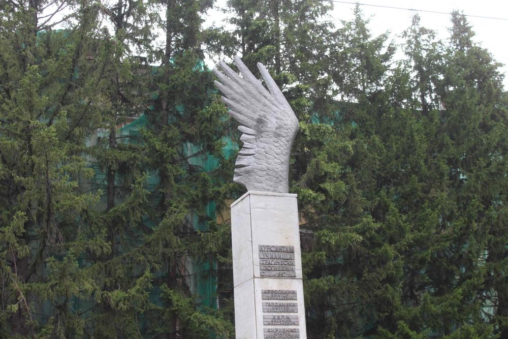 Сотрудники МЧС почтили память погибших 22 года назад курсантов училища связи (17 июля 2019 года)