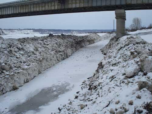 Строительство обводного канала у коммунального моста.